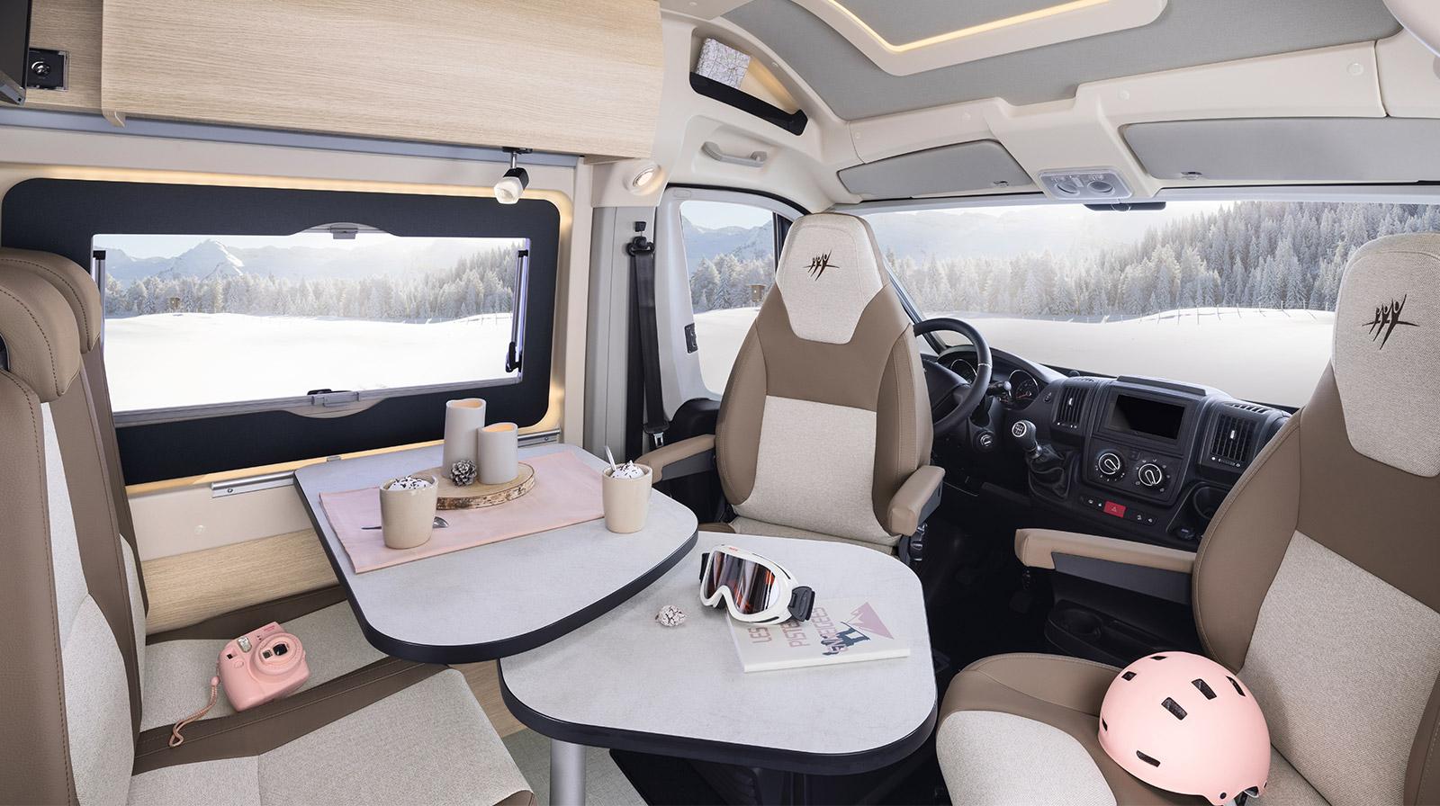 le mod le v55 est un van rapido am nag compact et confortable. Black Bedroom Furniture Sets. Home Design Ideas